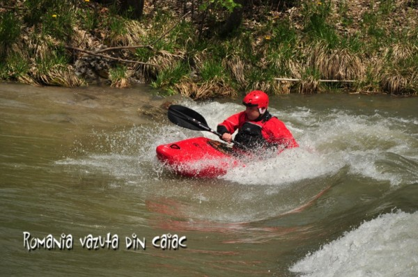 Surf in caiac white water
